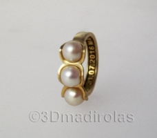 Original Gold 18k ring with 3 pearls.