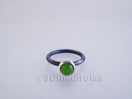 Anillo de  plata y piedra de color.